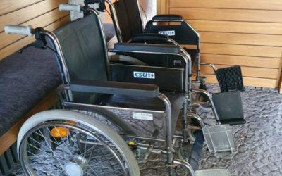 Friedhof mit Leih-Rollstühlen und Rollatoren für Besucher aufgewertet.